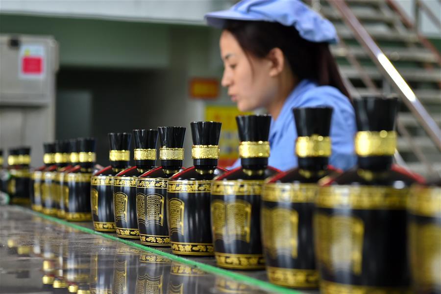 現代流水線上包裝傳統釀造汾酒