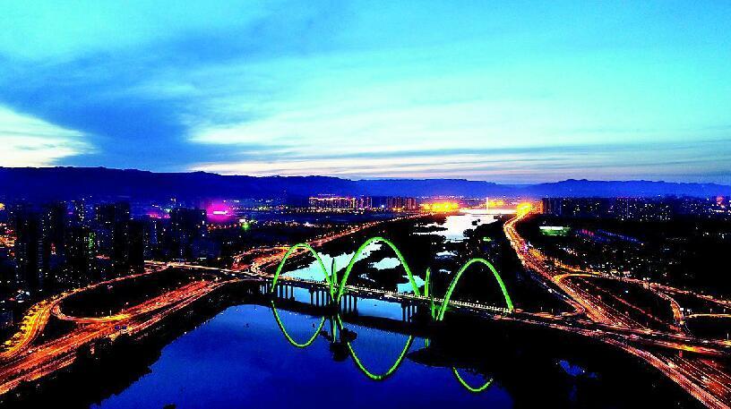 龍城夜景入畫來