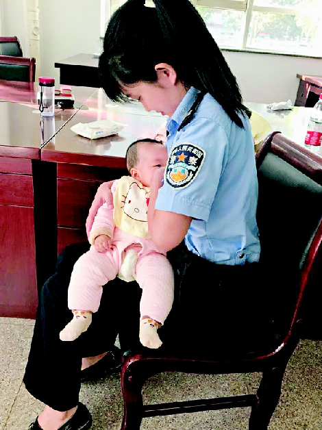 """被告人嬰兒啼哭不止 晉中女法警哺乳當""""媽媽"""""""