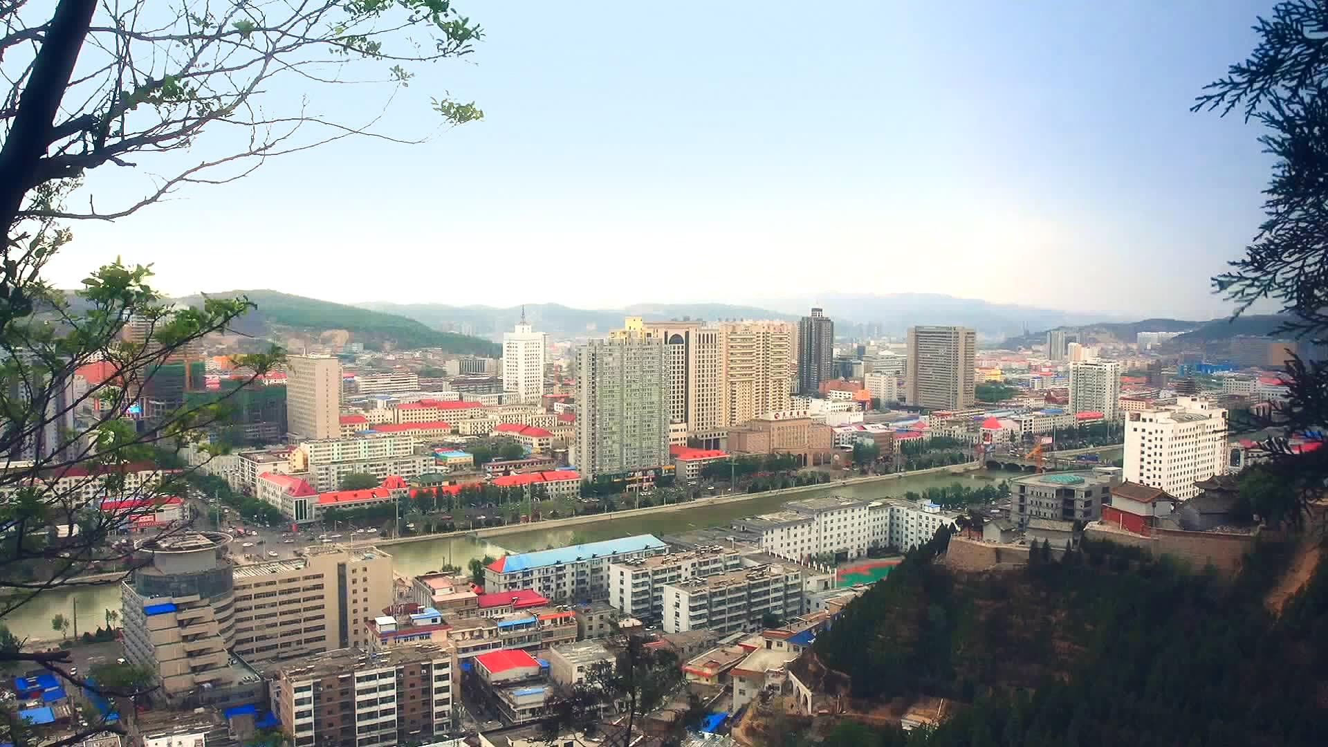 最近一位北京的企業家把北京的兩套房子賣了2900萬元,回到呂梁蓋一所幼兒園、蓋一所學校,發展民生方面的事業。