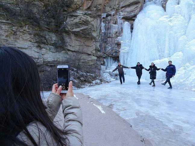 太原天龍冰瀑壯美如畫 引遊人絡繹不絕