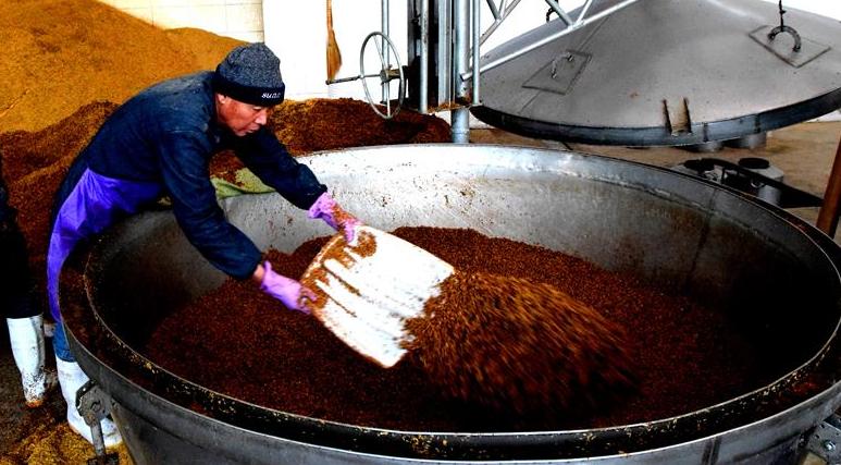 山西垣曲:傳統釀酒生産忙