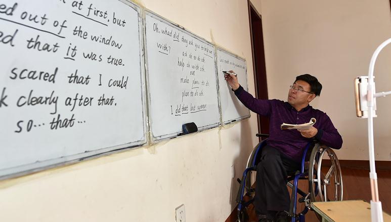 """""""輪椅教師""""直播教英語成""""網紅"""""""