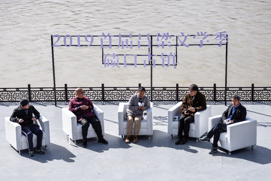 黃河岸邊吟詩