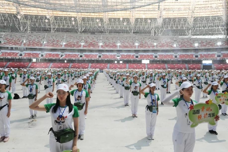 """二青會志願者:打造最靚麗的城市""""風景線"""""""