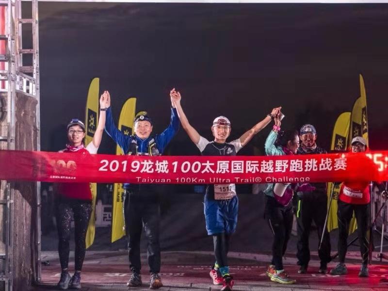 近千跑友參加龍城100越野挑戰賽