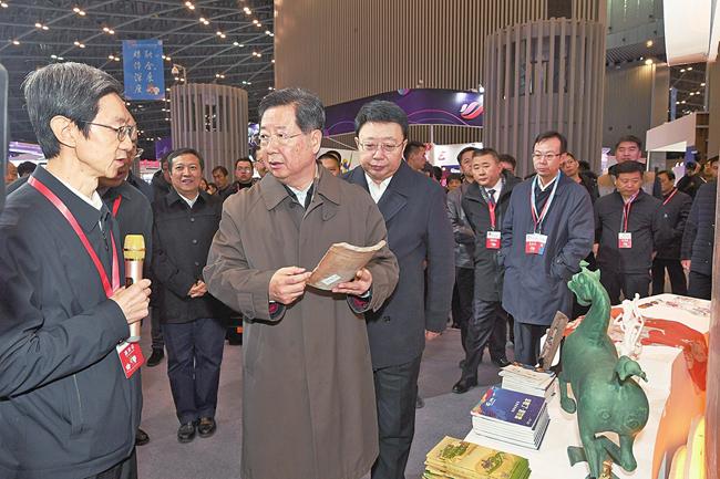 樓陽生巡視第四屆山西文化産業博覽交易會場館