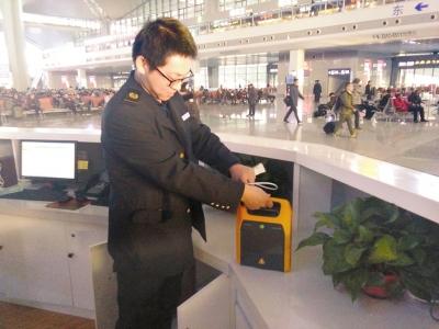 太原火車南站配備便攜式AED自助體外除顫儀