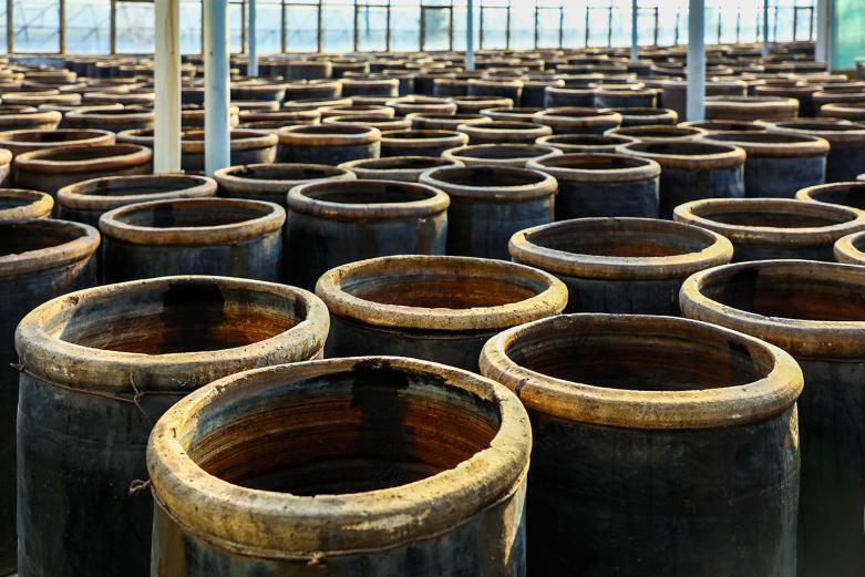 山西老陳醋傳承了數百年,被社會認可的關鍵是,它保持了經典的原材料配方,堅守了古老的釀制工藝。