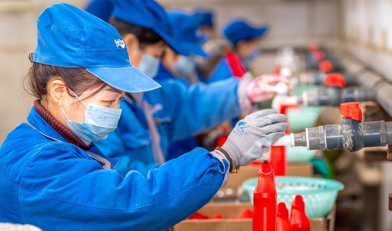 山西運城:加緊生産消毒液 增加市場供應