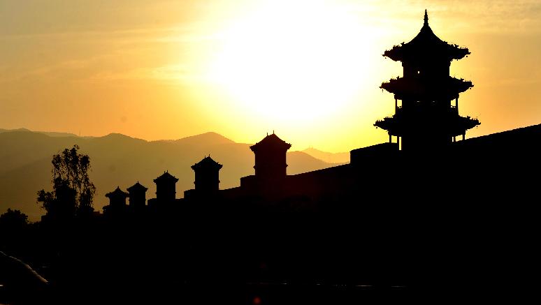 夕陽映古城