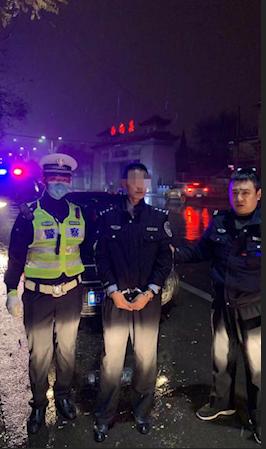 """山西長治近日出現警察抓""""警察""""的一幕"""