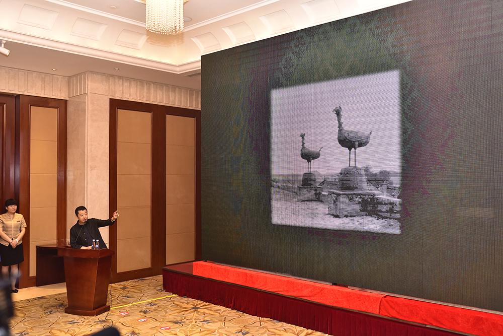 贾樟柯声情并茂地介绍着家乡的铁双雁。